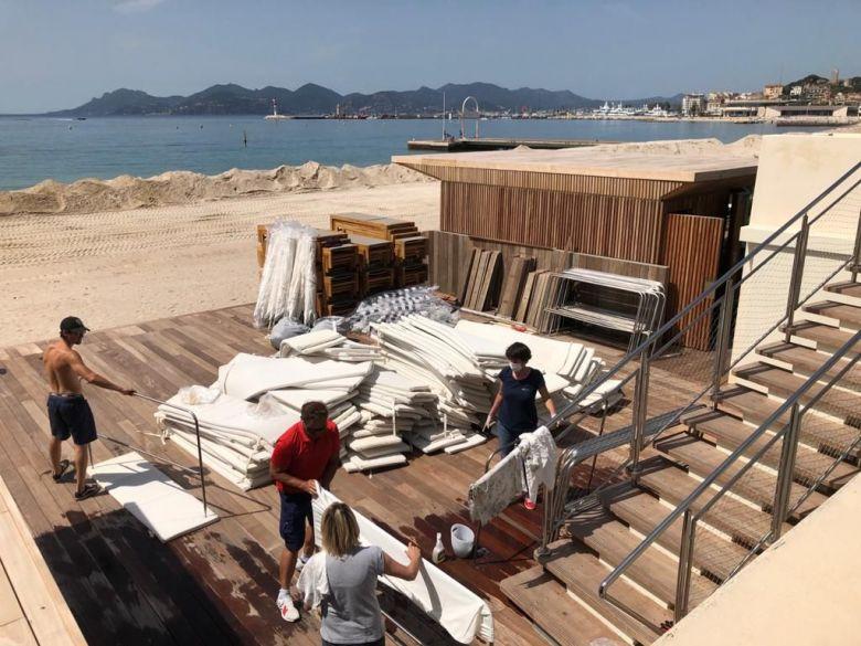 Sur les plages privées de la Croisette, les préparatifs vont bon train. / © Sébastien Lemaire/ FTV
