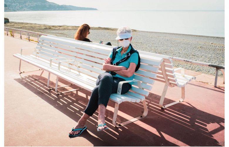 """"""" Avec les masques, les gens sont plus camouflés et se laissent plus facilement prendre en photo, comme cette femme sur la Promenade des Anglais."""" / © Mathieu Muollo"""