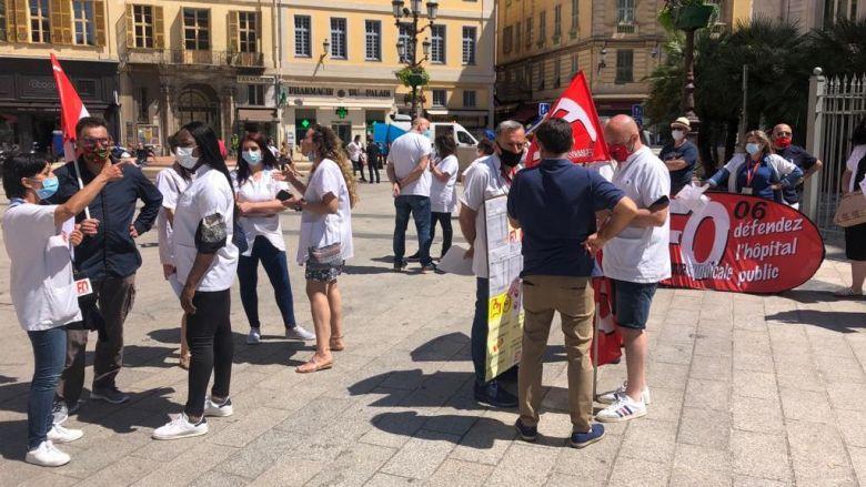 Ce jeudi, des membres du personnel soignant du CHU se sont rassemblés pour sensibiliser les Niçois à leurs revendications. / © Daniel Gerner / FTV