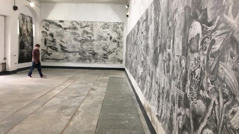 """L'exposition de Quentin Spohn, """"Carambolage au marché d'Anvers"""" / © Véronique Varin / FTV"""
