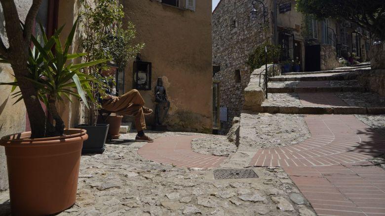Les ruelles piétonnes d'Eze-village (Alpes Maritimes) sont désertes. D'ordinaire, ce sont entre 1.000 et 1.500 touristes qui visitent quotidiennement la commune. / © FTV/L. B.