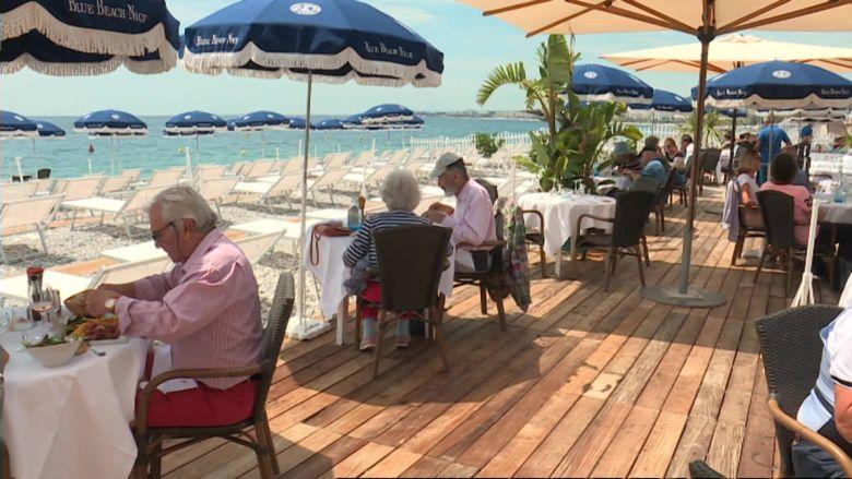 A l'heure du repas, presque toutes les tables sont occupées par des clients, heureux de retrouver leur petit coin de bord de mer. / © Daniel Gerner / FTV
