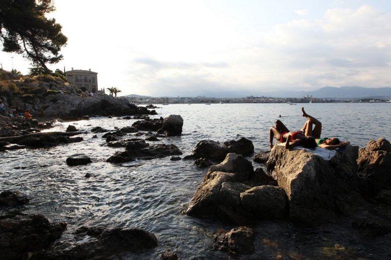 Les rochers du cap d'Antibes avec, au loin, la ville. / © JEAN CHRISTOPHE MAGNENET / AFP