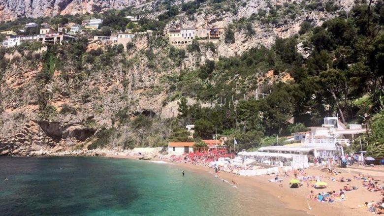 La plage de la Mala, à flanc de falaise, sur la commune de Cap d'Ail. / © J.C. / France Télévisions