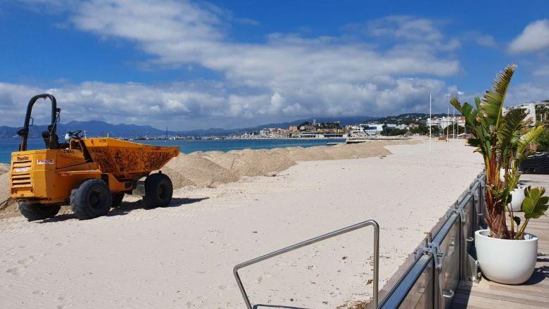 À Cannes, les engins s'activent pour transférer du sable et permettre aux plagistes d'ouvrir rapidement. / © Olivier Rotondaro.