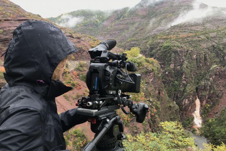 """Caroline Espla en tournage pour le film """"Le Var, ce torrent qui se prend pour un fleuve"""" / © J. Espla"""