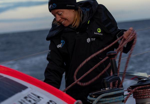 Alexia Barrier entrain de manoeuvrer sur son navire