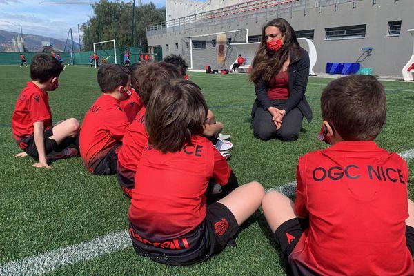 Christel Fievet, la référente des Papillons, est venue expliquer aux enfants de l'OGC Nice la démarche de l'association de protection de l'enfance.