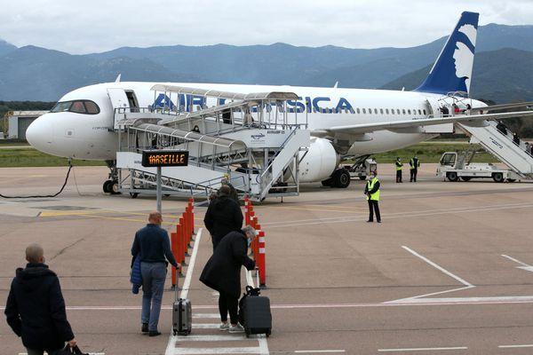 Des passagers embarque dans un avion à destination de Marseille à l'aéroport d'Ajaccio.