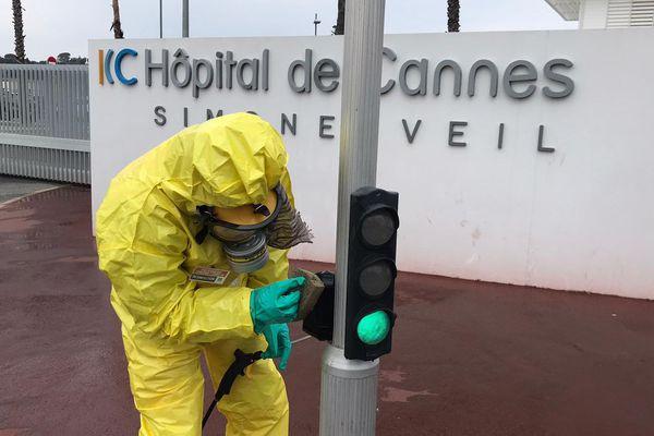 Nettoyage devant l'hôpital de Cannes ce mercredi matin.