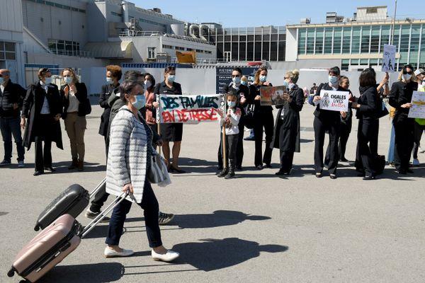 """""""Air France sacrifie la province"""", """"Personnel d'Air France en danger"""", """"Non à la lowcostisation"""" : 80 salariés d'Air France ont manifesté dimanche 28 mars à l'aéroport Marseille-Provence."""