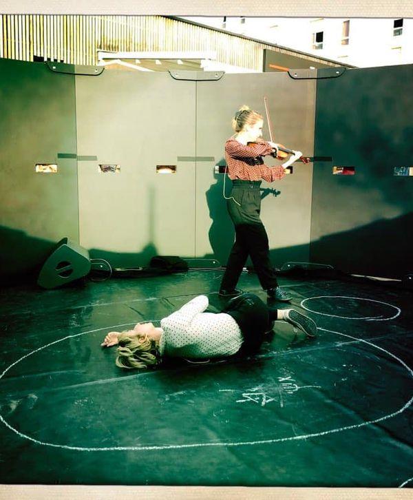 """Violaine Darmon, violoniste à l'opéra de Nice, et la comédienne Emilie Pirdas ont réalisé un spectacle critique, intitulé """"l'homme dans le cercle"""""""