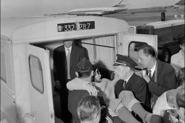 Le spéléologue français Michel Siffre sortant de son expérience de survie souterraine de plus de 1.500 heures dans le gouffre de Scarasson. Il est porté dans une ambulance à son arrivée.