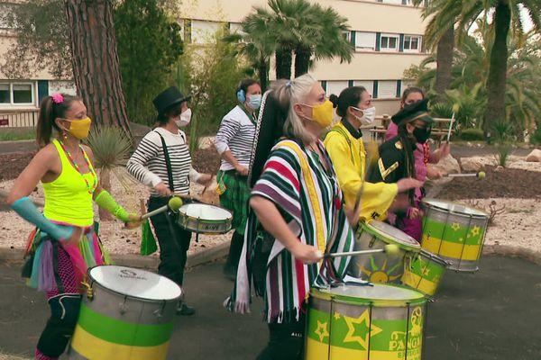Une batucada fait résonner ses percussions dans la cité des Colinettes.