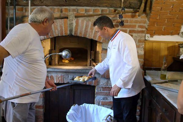 Luc Debove (à droite) au four communal de Niella