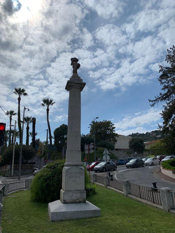 Colonne surmontée du buste de Napoléon marquant le souvenir du débarquement de 1815.