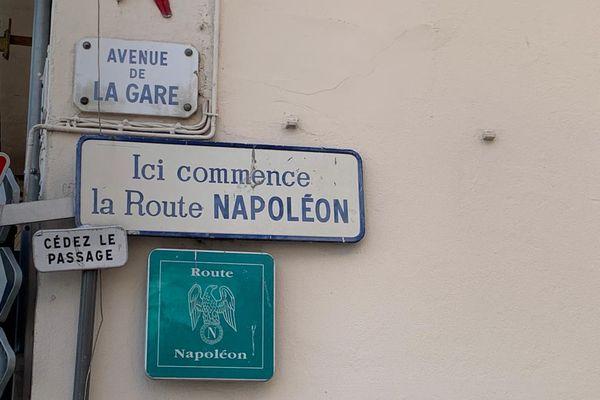 Panneau indiquant le début de la route Napoléon à Golfe-Juan, dans les Alpes-Maritimes.