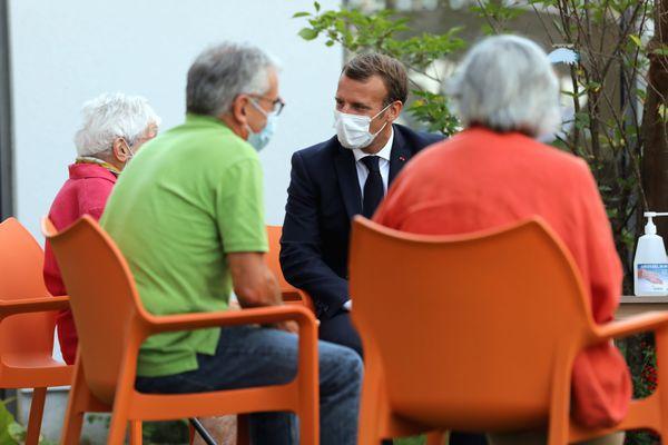 Emmanuel Macron en visite dans un EHPAD en septembre 2020.