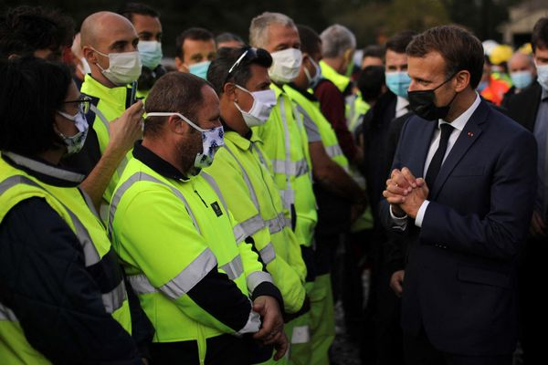 Emmanuel Macron salue les secouristes dans la vallée de la Roya, le 7 octobre 2020.