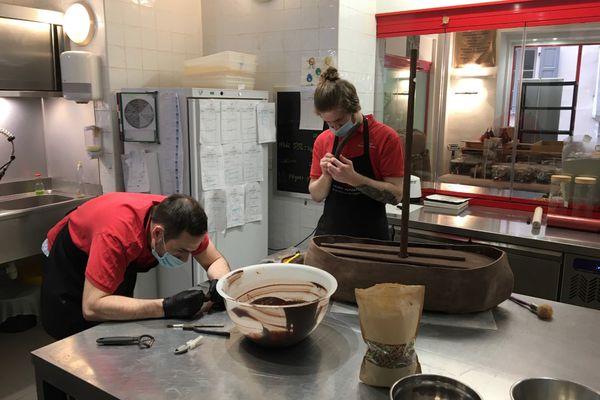 Le travail des artisans chocolatiers.