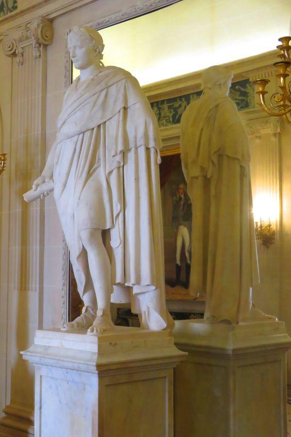 Statue en pied de Napoléon, représenté en Empereur romain, tenant en main le code Civil, copie de la statue originale d'Antoine-Denis Chaudet.
