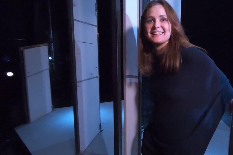 """Valeriya Budankova, entre deux portes du décor de son spectacle """"Icare"""", qu'elle met en scène pour la compagnie Disrupt à Nice. / © Jacqueline Pozzi (FTV)"""