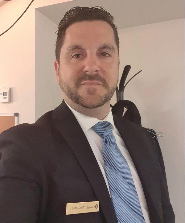 Olivier Rippoll, officier de réserve sur certaines photos ou professionnel de l'hôtellerie sur d'autres.