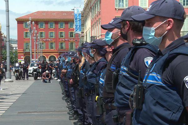 Les policiers municipaux manifestent en ligne sur la place Massena ce vendredi 21 mai 2021