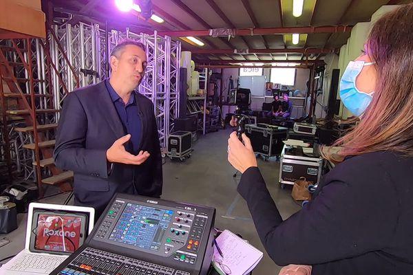 Le producteur Gil Marsalla, interviewé dans les locaux de répétitions de la comédie musicale Roxane, dans le cadre de l'émission PointCult' sur France 3 Côte d'Azur.