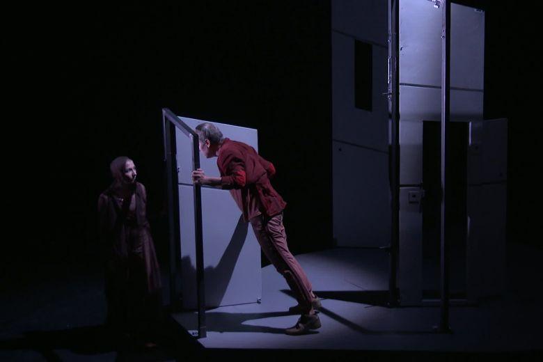 """Face-à-face entre le comédien Ralf Schütte et la danseuse-chorégraphe Marie-Pierre Genovese, dans """"Icare"""" spectacle de la compagnie Disrupt, en création à Nice. / © Frédéric Tisseaux (FTV)"""