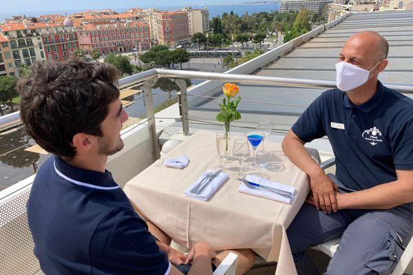 Sur le rooftop de l'Aston à Nice, on organisait ce 18 mai un test de service avant l'afflux de demain qui s'annonce important.