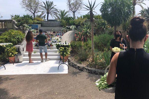 De nombreux Niçois, des personnes qui ont été victimes de l'attentat, et des touristes viennent déposer une fleur et remplir le livre d'or dans les jardins de la villa Massena le 14 juillet 2020 à Nice.