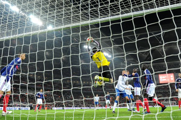 Hugo Lloris hérite pour la première fois du brassard de capitaine le 17 novembre 2010, lors du match amical opposant les Bleus à l'Angleterre à Wembley (victoire 1-2).
