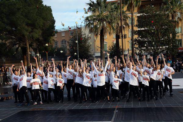 80 danseurs en 2017, lors de l'hommage à Laura Borla, Niçoise de 13 ans tuée le soir du 14 juillet 2016.