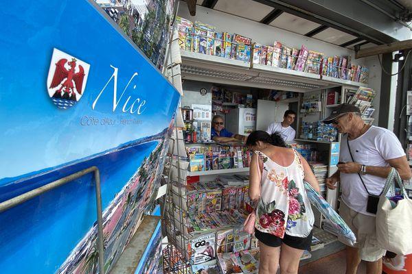 Le kiosque à journaux de Christian Mistura est situé sur la promenade des Anglais, sur le lieu de l'attentat.
