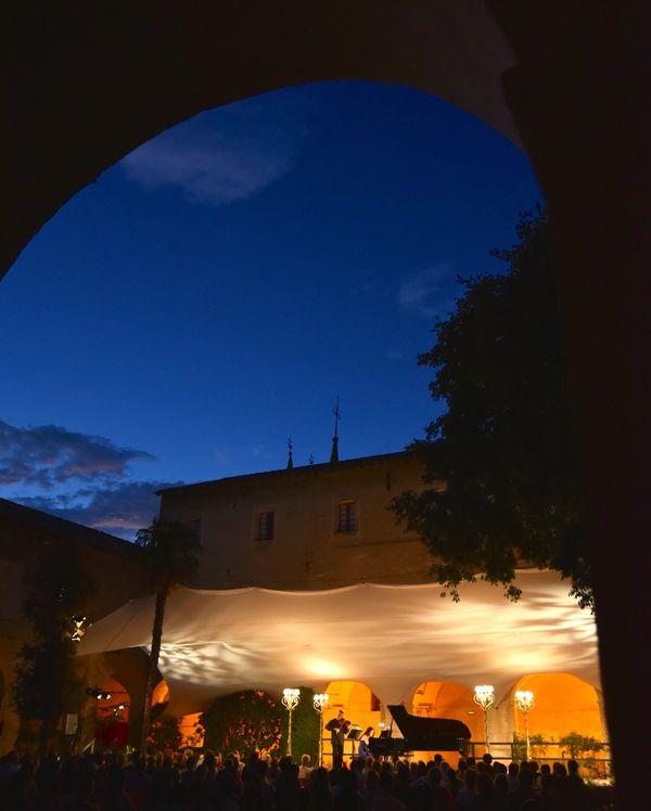 Entre le Musée Matisse, les jardins des Arènes de Cimiez et l'oliveraie, la scène Matisse accueille chaque année le festival.